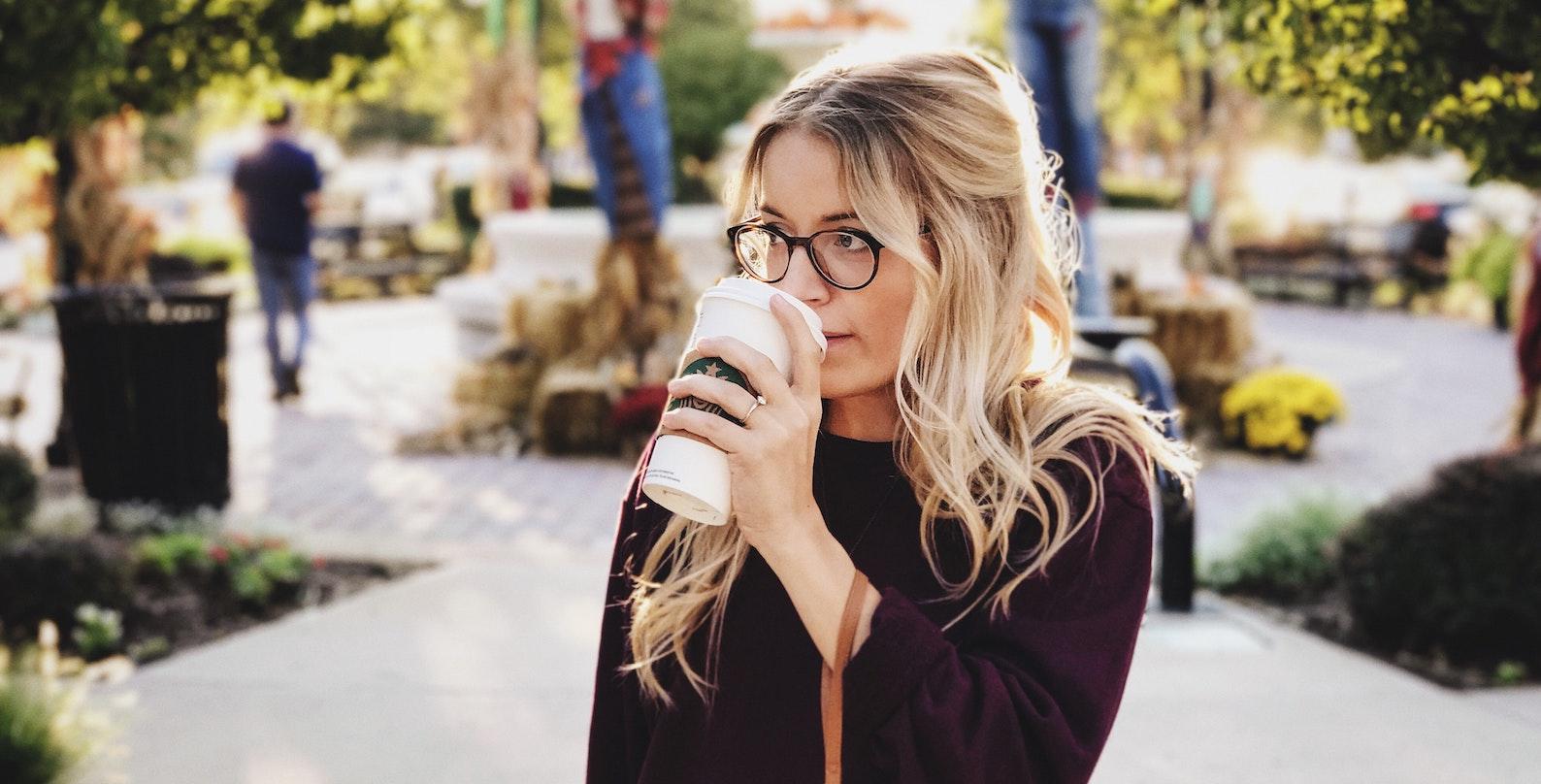 En kvinna som dricker kaffe
