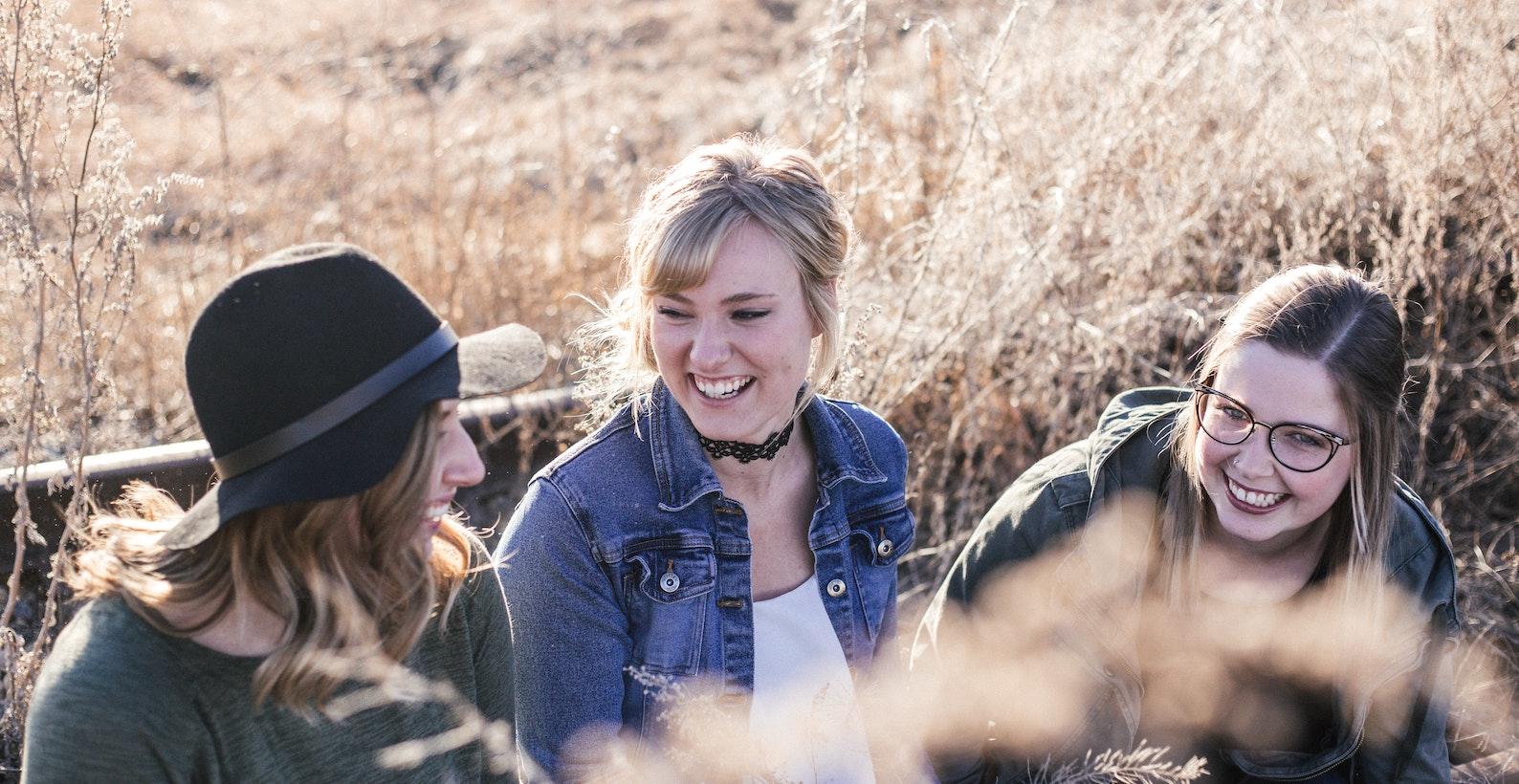 Tre kvinnor som skrattar